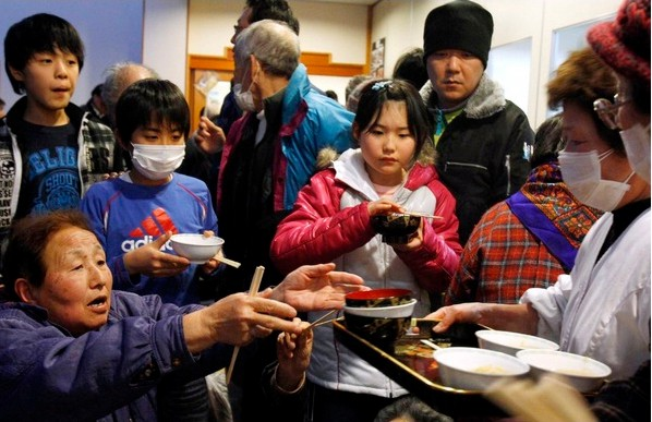 Evacuados del entorno de Fukushima en un refugio de Namie.