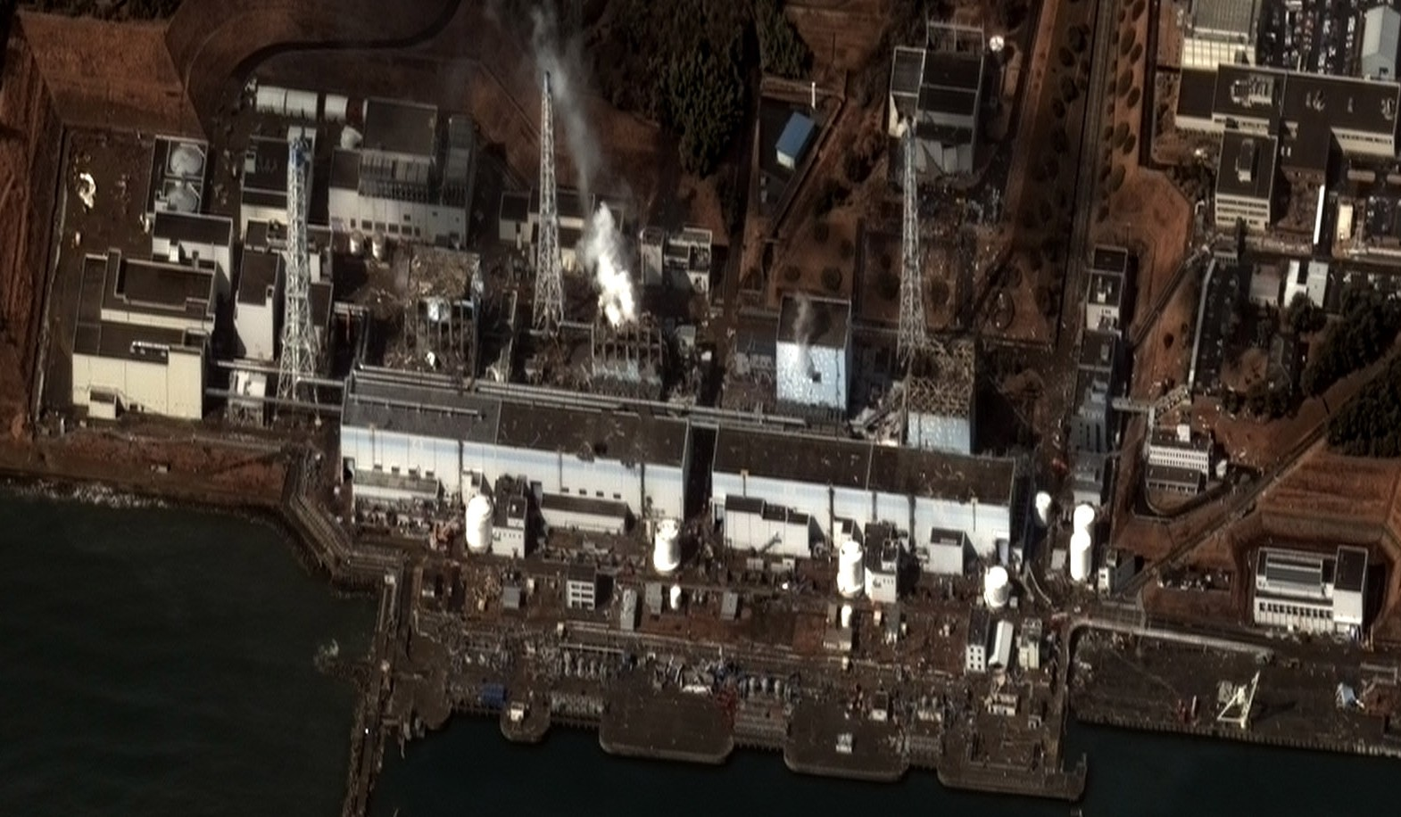 Imagen satelitaria de Fukushima I, tomada el 16/03/2011. Foto: Digitalglobe Imagery. (Clic para ampliar)