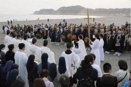 Sintostas, budistas y cristianos oran para apaciguar al mar en Japn.