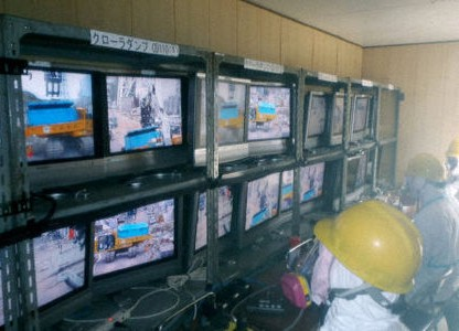 Trabajadores monitorizando maquinaria a control remoto en Fukushima I.