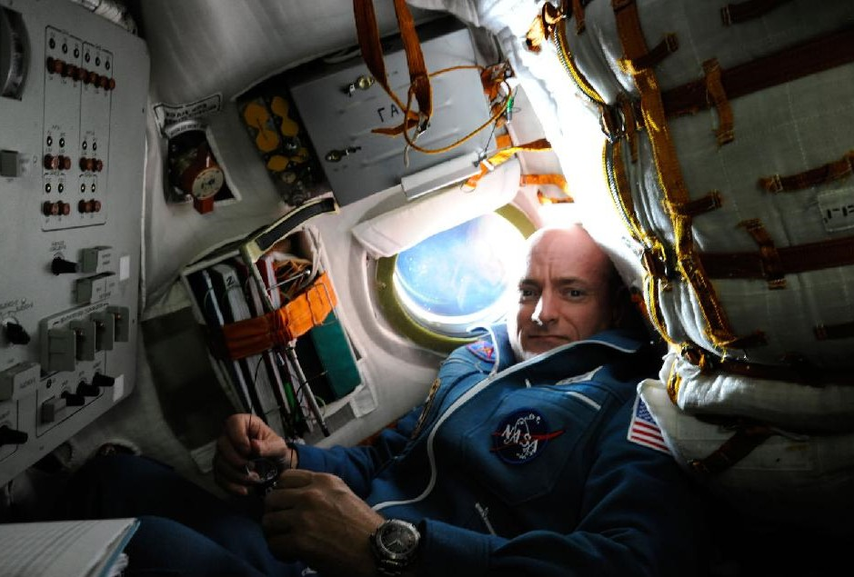 El astronauta norteamericano Scott Kelly en la Soyuz TMA-01M, camino de la Estacin Espacial Internacional. Estados Unidos pag 56 millones de dlares por ese asiento y en 2014 pagar 63. Foto: NASA. (Clic para ampliar)