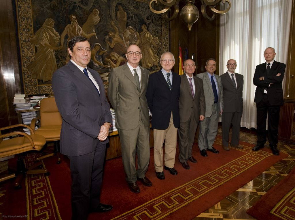 De izda. a dcha., el presidente del CSIC Rafael Rodrigo junto a los ex presidentes Elas Fereres, Jos Mara Mato, Csar Nombela, Emilio Lora-Tamayo, Alejandro Nieto y Jos Elguero. Foto: Comunicacin CSIC. (Clic para ampliar)
