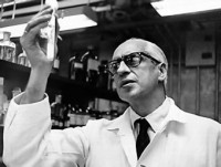 El Dr. Severo Ochoa, Premio Nobel de Medicina (1959), obtuvo el galardn como ciudadano norteamericano mientras se hallaba exiliado en los Estados Unidos. La ltima vez que la medalla de oro con la efigie de Alfred Nobel viaj directamente a Espaa para premiar a un cientfico fue en 1906 (Dr. Santiago Ramn y Cajal), hace la friolera de 105 aos.